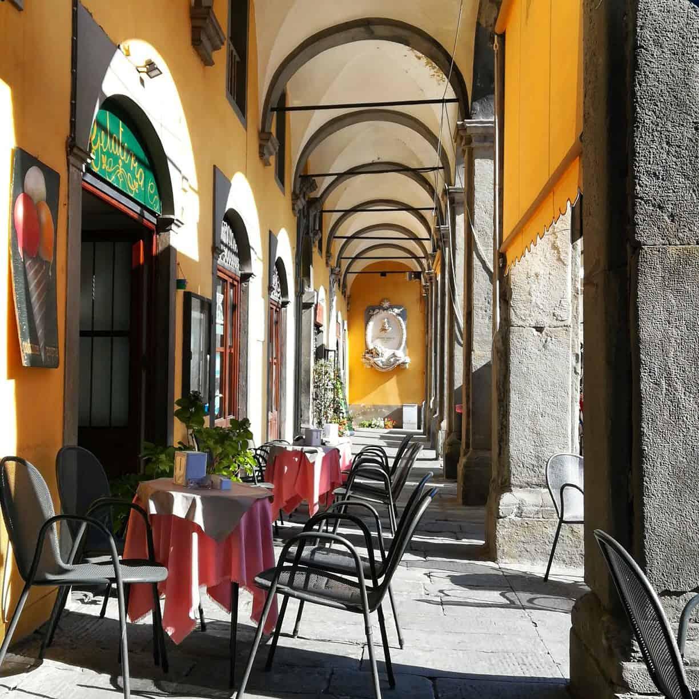 トスカーナの小さな街ポントレーモリ(Pontremoli)のカフェ