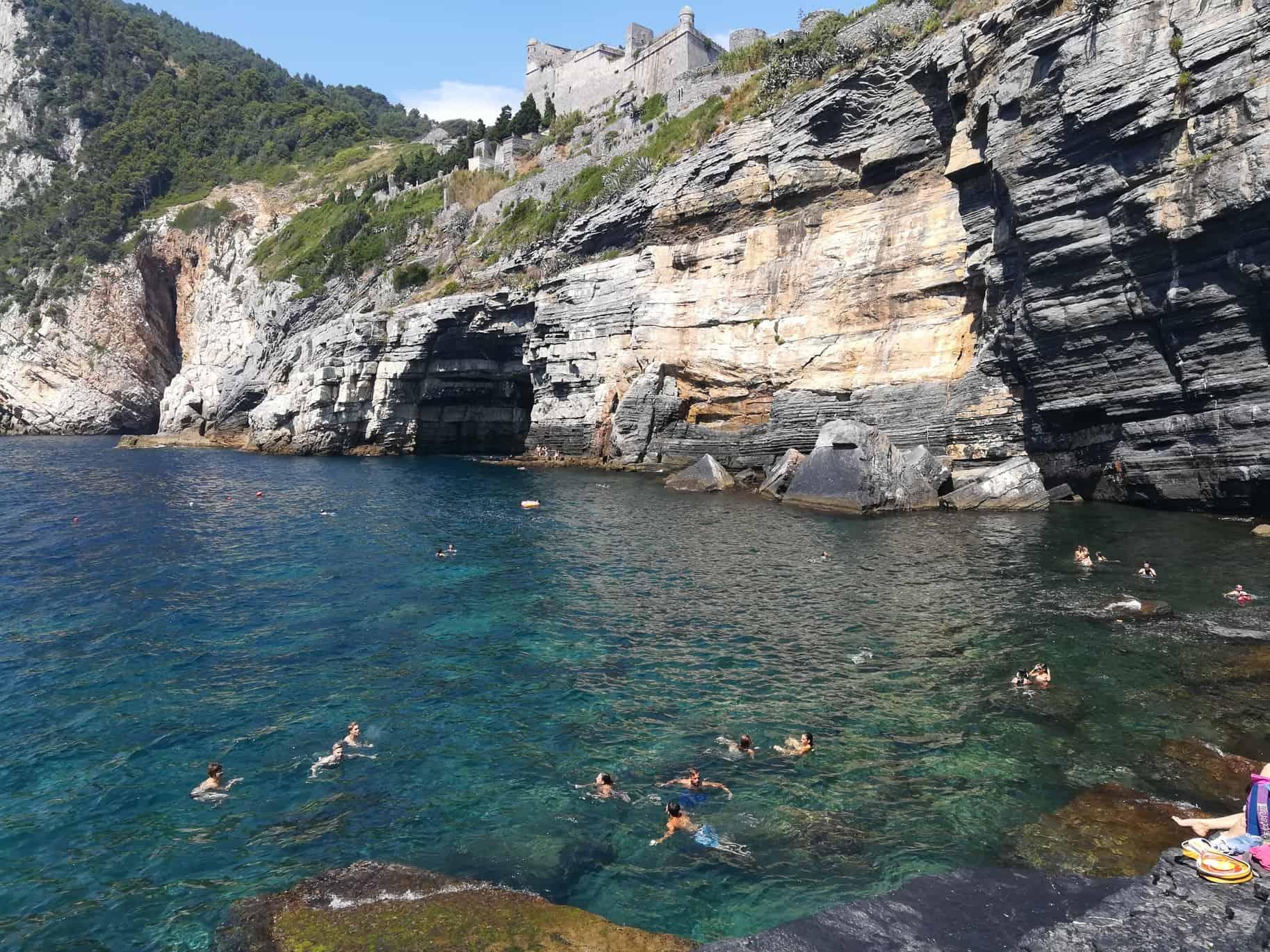 雄大な景色ポルトヴェーネレ(Portovenere)で海水浴