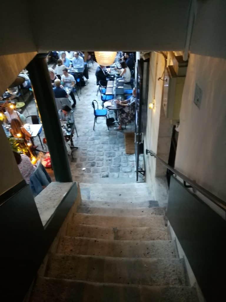 石階段を降りて地下階へ