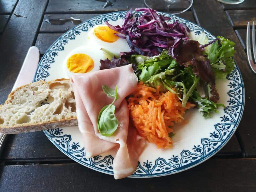南フランスの素敵なテラスでの食事