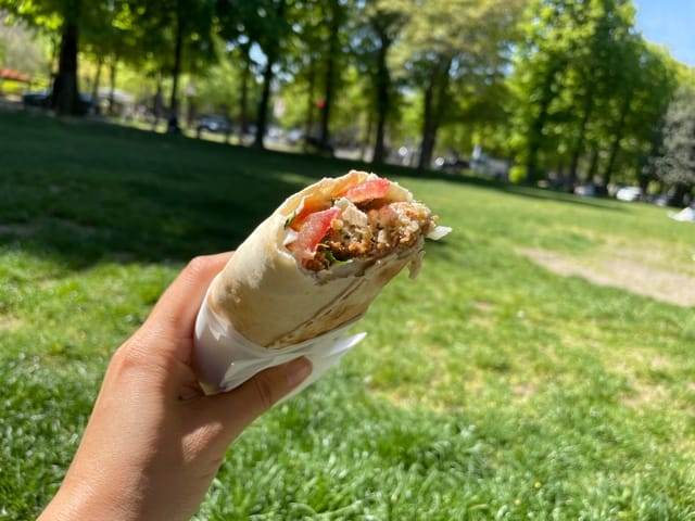 パリの美味しいファラフェルサンドイッチ